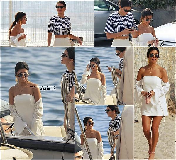 . 23/o5/2o17 : Plus tard, Kourtney & Kendall ont été vus dans les « Rues de Cannes » - à Cannes. ● Kourtney porte des Lunettes Yves Saint-Laurent, un Sac Fendi & des Escarpins Gucci à 620¤.  .