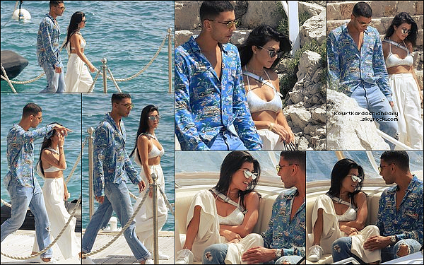 . 24/o5/2o17 : Le soir, Kourtney & Kendall étaient sur un « Yacht » - à Cannes. ● Kourtney porte un Top The Line & un Pantalon Zimmermann.  .