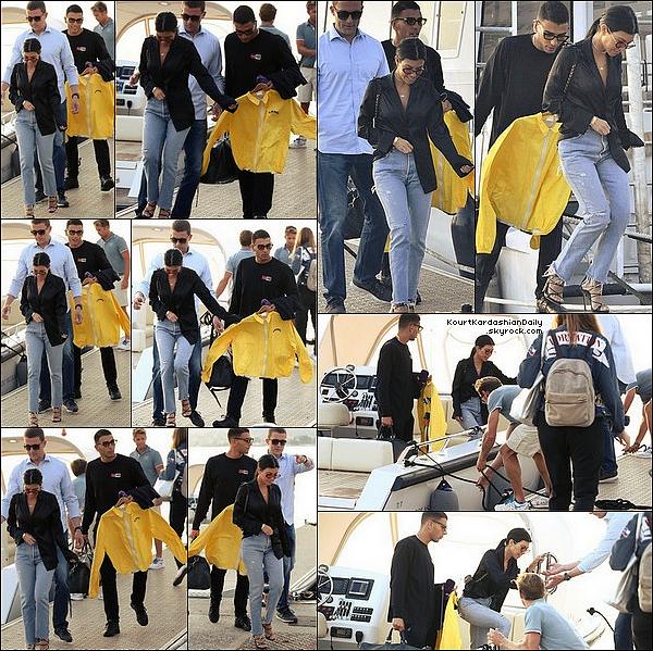 . 25/o5/2o17 : Le soir, Kourtney & Younes sont allés au « Gotha Nightclub » - à Cannes. ● Kourtney porte une Robe Just Cavalli & des Escarpins Gucci à 620¤.  .