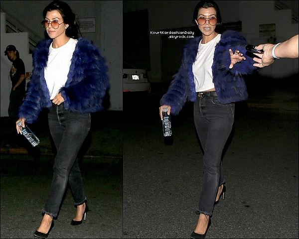 . 31/o5/2o17 : Le soir, Kourtney a été vue « Quittant une Eglise » - à Beverly Hills. ● Kourtney porte un Jeans Re/Done & des Escarpins Gianvito Rossi à 710¤.  .