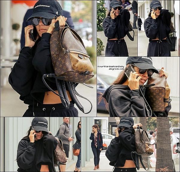 . o7/o6/2o17 : Kourtney a été vue dans les « Rues de Los Angeles » - à Los Angeles. ● Kourtney porte une Casquette Yeezy & un Sac Louis Vuitton à 1855¤.  .