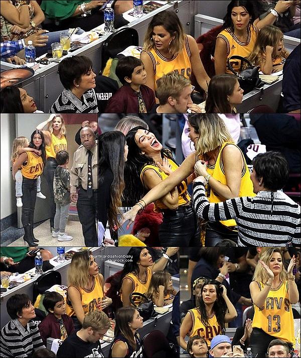 . o9/o6/2o17 : Kourtney, Mason, Penelope, Khloé & Kris sont allées à un « Match de Basket » - à Cleveland. ● Kourtney porte une Maillot Adidas à 75¤.  .
