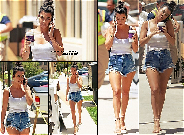 . 19/o6/2o17 : Kourtney est allée chercher un café au « Starbucks Coffee » - à Calabasas. ● Kourtney porte un Short One Teaspoon à 95¤ & des Escarpins Gianvito Rossi à 785¤.  .