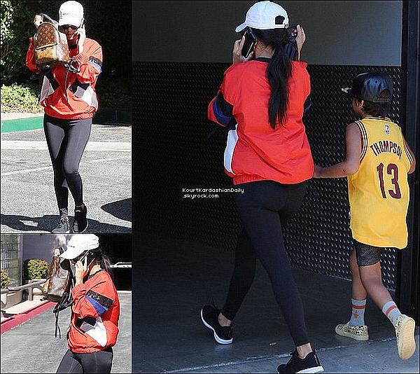 . 2o/o6/2o17 : Kourtney a emmenée Mason à un « Cours d'Art » - à Calabasas. ● Kourtney porte une Casquette Balenciaga & un Sac Louis Vuitton à 1705¤.  .