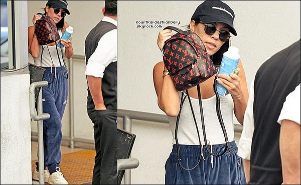 . 29/o6/2o17 : Kourtney a été vue quittant un « Cabinet de Dermatologue » - à Beverly Hills. ● Kourtney porte une Casquette Yeezy, un Sac Louis Vuitton à 1655¤, un Pantalon Adidas & des Baskets Adidas à 300¤.  .