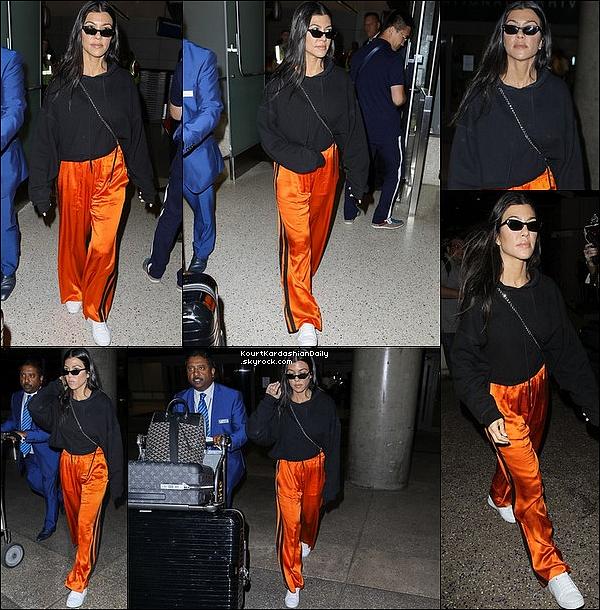 . o7/o7/2o17 : Le soir, Kourtney a été vue à « LAX Airport » - à Los Angeles. ● Kourtney porte des Lunettes Ray-Ban, un Sac Chanel & des Baskets Adidas.  .