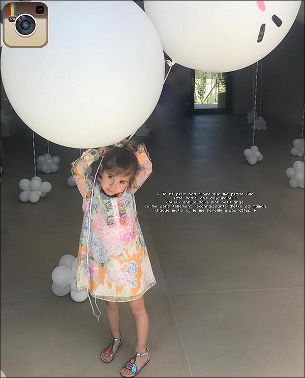. o8/o7/2o17 : Pour son anniversaire, Kourtney a emmenée Penelope « Manger un Glaçe » - à Calabasas. ● Kourtney porte une Casquette Msfts à 20¤, des Lunettes Ray-Ban & des Baskets Adidas à 350¤.  .