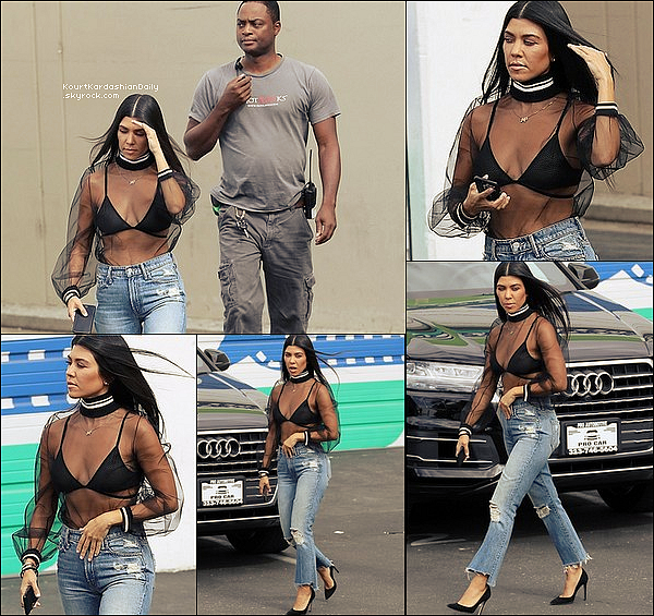 . 24/o7/2o17 : Kourtney, Kim & Khloé ont été vues se rendant au « Studio d'Enregistrement » - à Los Angeles. ● Kourtney porte un Top Mother of Pearl à 250¤, un Jeans Mother & des Escarpins Gianvito Rossi à 575¤.  .