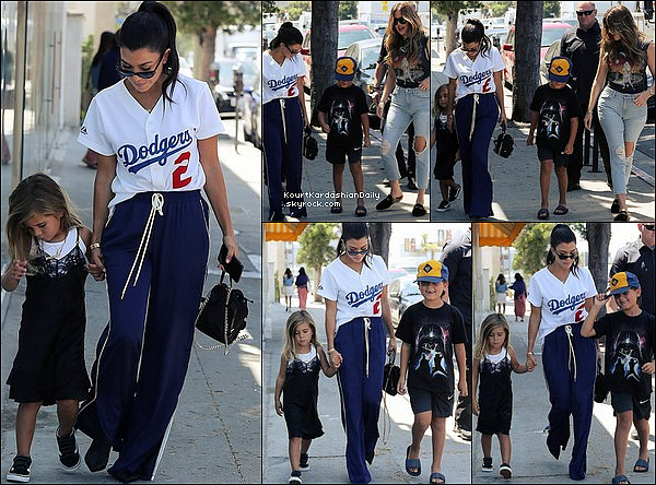 . 28/o7/2o17 : Kourtney, Mason, Penelope & Khloé sont allés à « Duff's Cakemix »  - à Los Angeles. ● Kourtney porte un Sac Louis Vuitton à 1625¤.  .