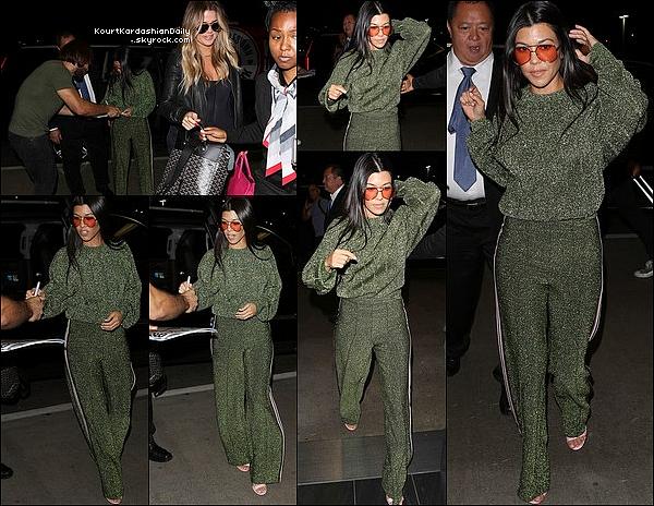 . o2/o8/2o17 : Kourtney & Khloé ont été vues à « LAX Airport »  - à Los Angeles. ● Kourtney porte des Lunettes Grey Ant à 355¤, un Pull H&M à 40¤, un Pantalon H&M à 45¤ & des Escarpins Gucci à 590¤.  .
