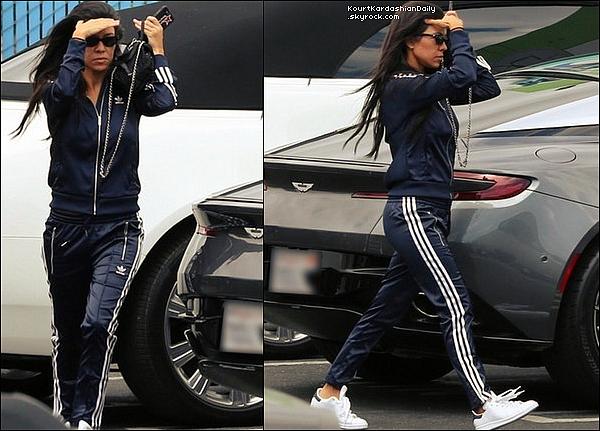 . 15/o8/2o17 : Kourtney & Khloé sont allées à un « Studio d'Enregistrement »  - à Los Angeles. ● Kourtney porte une Veste Adidas à 99¤, un Pantalon Adidas & des Baskets Adidas à 70¤.  .