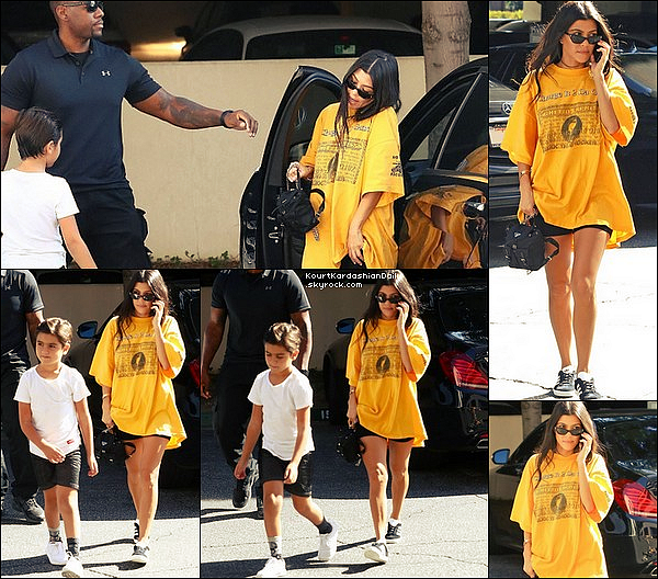 . 22/o8/2o17 : Kourtney a emmené Mason à un « Cours d'Art »  - à Calabasas. ● Kourtney porte des Lunettes Ray-Ban, un T-Shirt Silkk the Shocker, un Sac Prada & des Baskets Adidas à 70¤.  .