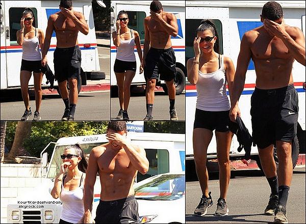 . 27/o8/2o17 : Kourtney & Younes sont allés faire une randonnée à « Runyon Canyon » - à Los Angeles. ● Kourtney porte un Short Nike.  .