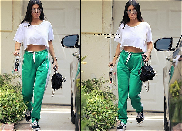 . o1/o9/2o17 : Le soir, Kourtney & Younes sont allés au « 36th Annual Malibu Kiwanis Chili Cook-Off, Carnival & Fair » - à Malibu. ● Kourtney porte des Baskets Adidas.  .