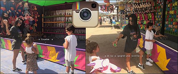 . o2/o9/2o17 : Kourtney a emmenée Mason & Penelope au « 36th Annual Malibu Kiwanis Chili Cook-Off, Carnival & Fair » - à Malibu. ● Kourtney porte un T-Shirt Balenciaga à 290¤, un Sac Prada & des Baskets Adidas.  .