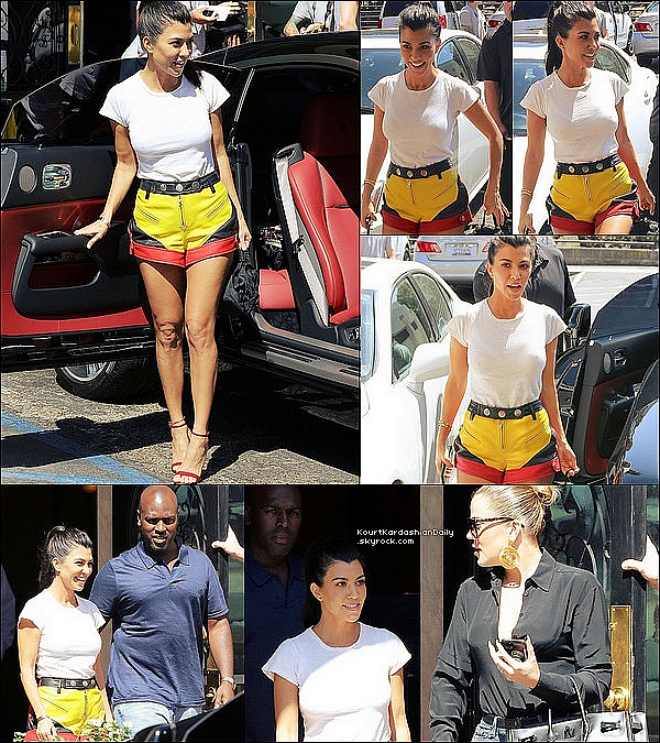 . 12/o9/2o17 : Plus tard, Kourtney a emmenée Mason à un « Cours d'Art » - à Calabasas. ● Kourtney porte un Sac Prada & des Baskets Adidas à 75¤.  .