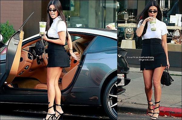 . 12/o9/2o17 : Plus tard, Kourtney a été vue dans les « Rues de Beverly Hills » - à Beverly Hills. ● Kourtney porte des Lunettes Ray-Ban, un T-Shirt Re/Done à 65¤, un Sac Prada & des Escarpins Gianvito Rossi à 890¤.  .