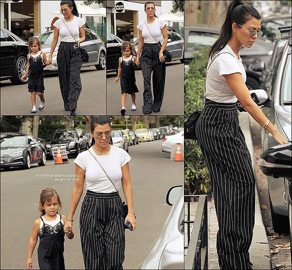 . 17/o9/2o17 : Kourtney & Penelope sont allées au « Melrose Place Farmers' Market » - à West Hollywood. ● Kourtney porte des Lunettes Linda à 590¤, un T-Shirt Re/Done à 65¤, un Sac Prada, un Pantalon Vatanika & des Bottes Tony Bianco.  .