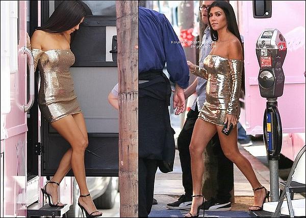 . 18/o9/2o17 : Kourtney a été vue lors d'un « Photoshoot pour Prettylittlething » - à Los Angeles. ● Kourtney porte une Robe Prettylittlething.  .