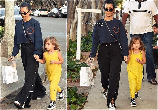 . 23/o9/2o17 : Kourtney & Penelope sont allées « Faire du Shopping » - à Los Angeles. ● Kourtney porte des Lunettes Ray-Ban, un Sac Prada & des Baskets Vans à 45¤.  .
