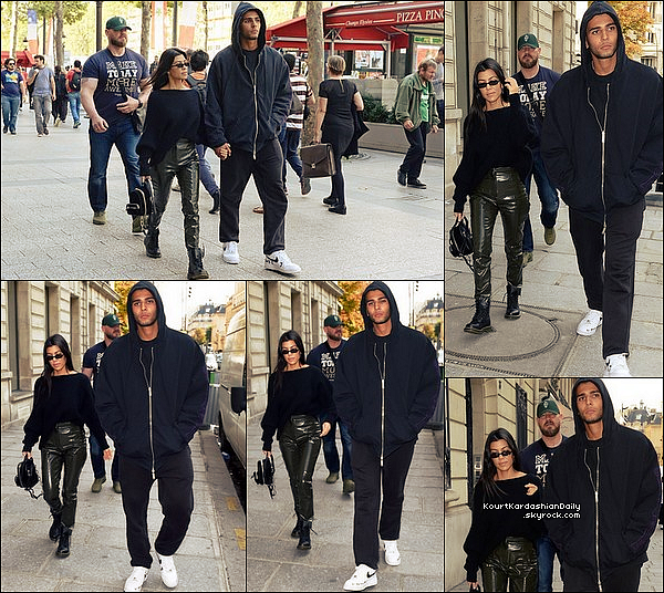 . 26/o9/2o17 : Le soir, Kourtney & Younès ont été vus « Quittant leur Hôtel » - à Paris.  ● Kourtney porte un Jeans Moussy à 285¤.  .