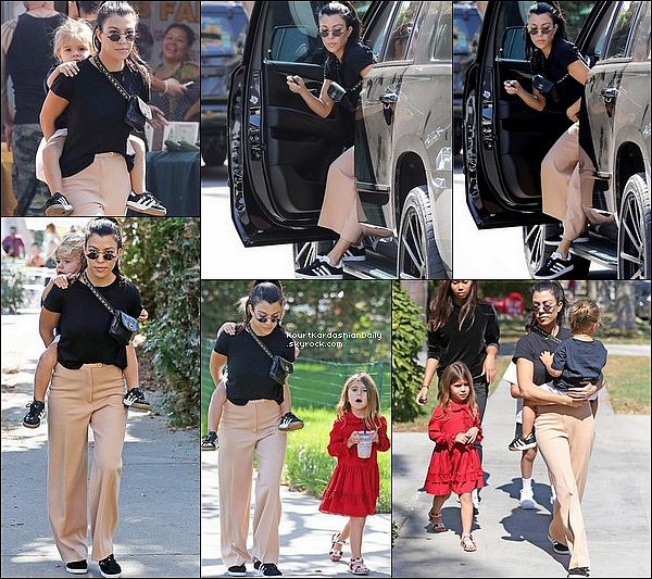 . o8/1o/2o17 : Kourtney, Penelope & Reign sont allés au « Farmer's Market » - à Los Angeles.  ● Kourtney porte des Lunettes Roberi & Fraud à 165¤, un T-Shirt Re/Done à 65¤ & des Baskets Adidas.  .