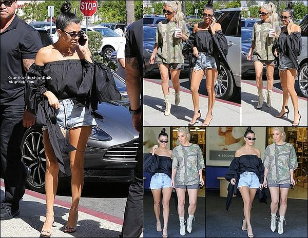 . o9/1o/2o17 : Kourtney & Kim sont allées à « Baby Supply Store » - à Los Angeles.  ● Kourtney porte des Lunettes Ray-Ban, un Top Milly à 300¤, un Short Re/Done à 160¤ & des Sandales Marskinryyppy à 490¤.  .