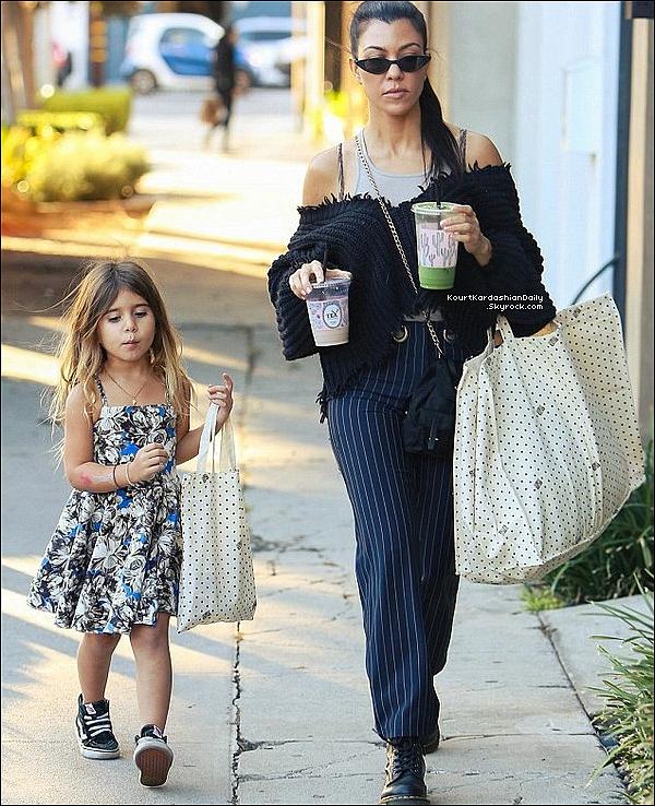 . o4/11/2o17 : Kourtney & Penelope ont été vues « Faisant du Shopping »  - à West Hollywood.  ● Kourtney porte un Pull Unravel, un Sac Prada un Pantalon Miaou à 325¤ & des Bottes Dr Martens.  .
