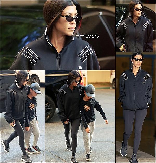 . 14/11/2o17 : Kourtney a emmené Mason à son « Cours d'Art »  - à Calabasas.  ● Kourtney porte des Lunettes Ray-Ban, une Veste Adidas & des Baskets Adidas à 195¤.  .