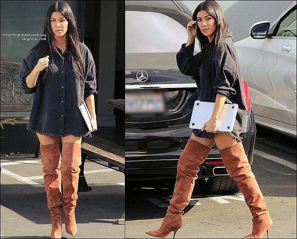 . 17/11/2o17 : Kourtney a été vue quittant des « Studios d'Enregistrement »  - à Los Angeles.  ● Kourtney porte une Robe MissGuided à 45¤ & des Bottes Yeezy à 975¤.  .