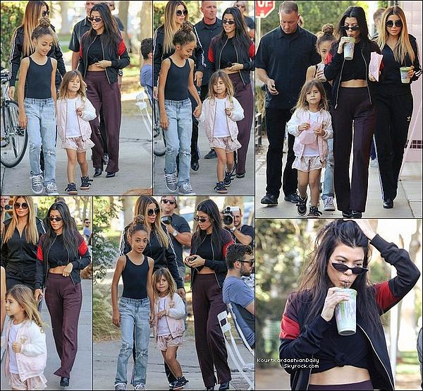 . 18/11/2o17 : Kourtney, Larsa & leurs filles sont allées au « Moon Juice Bar »  - à Los Angeles.  ● Kourtney porte une Veste A.L.C. à 340¤, un Pantalon A.L.C. & des Bottes Balenciaga à 975¤.  .