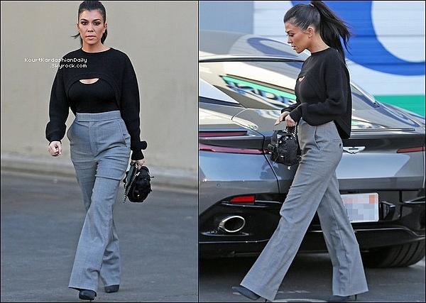 . o4/12/2o17 : Kourtney a été vue « Quittant des Studios d'Enregistrement » - à Calabasas.  ● Kourtney porte un Pull Givenchy & un Sac  Prada.  .