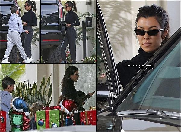 . 1o/12/2o17 : Kourtney a emmenée ses 3 enfants à une « Fête » - à Costa Mesa.  ● Kourtney porte un Jogging Yeezy.  .