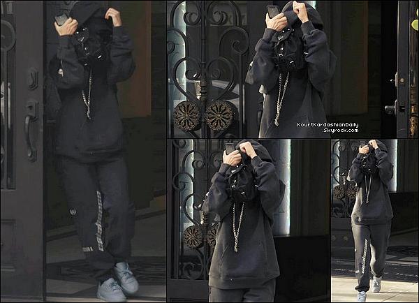 . 18/12/2o17 : Kourtney a été vue incognito « Quittant des Bureaux » - à Los Angeles.  ● Kourtney porte un Sac Prada & des Baskets Yeezy.  .