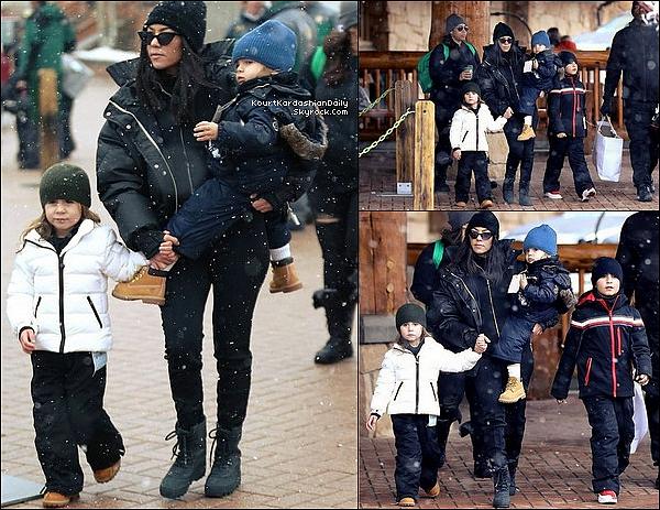 . o6/o1/2o18 : Kourtney Penelope & Reign ont été vus dans les « Rues de Park City » - à Park City.  ● Kourtney porte un Pantalon Fendi à 180¤ & des Boots Yeezy.  .
