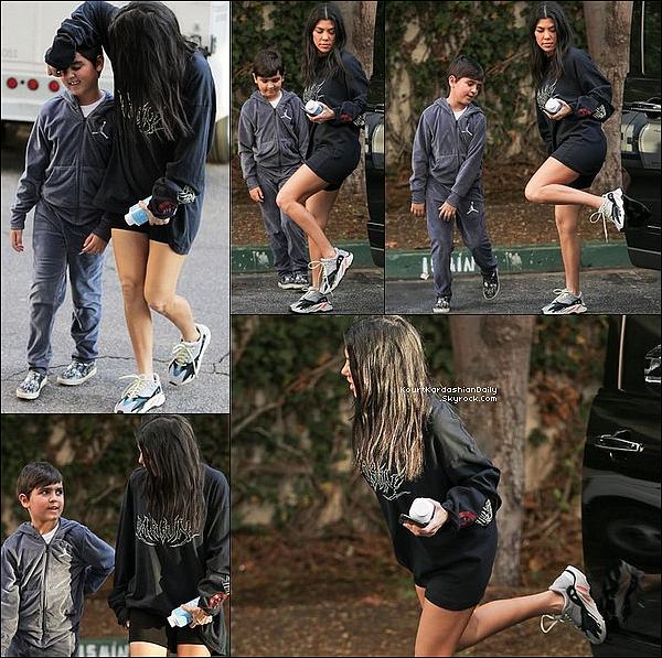 . 1o/o1/2o18 : Puis, Kourtney a emmenée Mason à son « Cours d'Art » - à Calabasas. ● Kourtney porte un Pull Mason Bone à 140¤, un Sac Prada & des Baskets Adidas Yeezy.  .