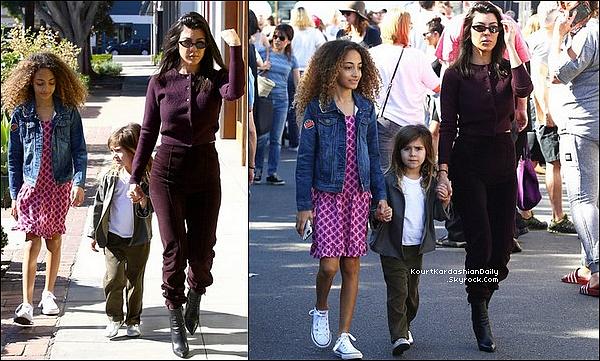 . 28/o1/2o18 : Kourtney, Penelope & Sophia Pippen sont allées au « Farmer's Market » - à Los Angeles.  ● Kourtney porte un Pull Yeezy à 390¤, un Pantalon Yeezy & des Bottes The Row à 1125¤.  .
