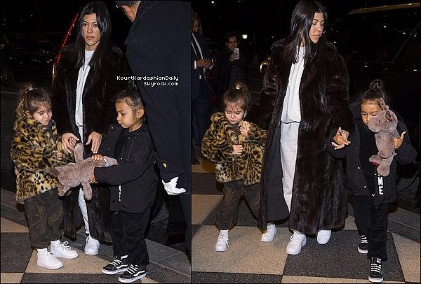 . o2/o2/2o18 : Kourtney, Penelope & North ont été vues dans les « Rues de New-York » - à New-York.  ● Kourtney porte un Pull Yeezy & un Pantalon Yeezy.  .