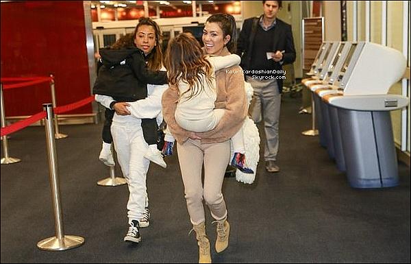 . o4/o2/2o18 : Enfin, Kourtney, Penelope & North ont été vues à « JFK Airport » - à New-York.  ● Kourt porte un Manteau Designers, un Top White Fox à 55¤, un Pantalon White Fox à 60¤ & des Bottes Yeezy.   .