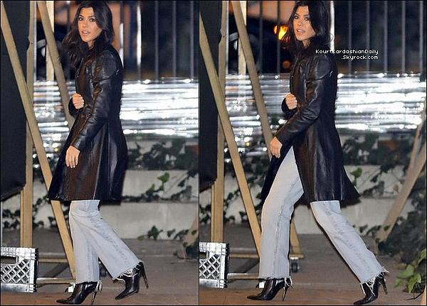 o7/o2/2o18 : Le soir, Kourtney est allée à la « Hillsong Church » - à Beverly Hills.  ● Kourtney porte des Bottes Balenciaga.