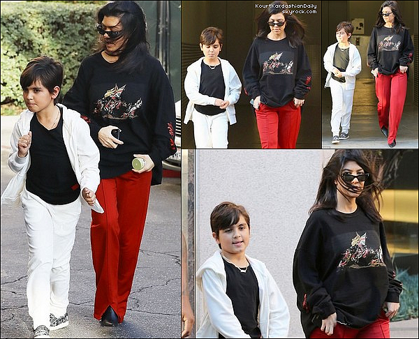 18/o2/2o18 : Kourtney s'est rendue à la « Hillsong Church » - à Beverly Hills.  ● Kourtney porte une Veste Adidas & un Pantalon Adidas.