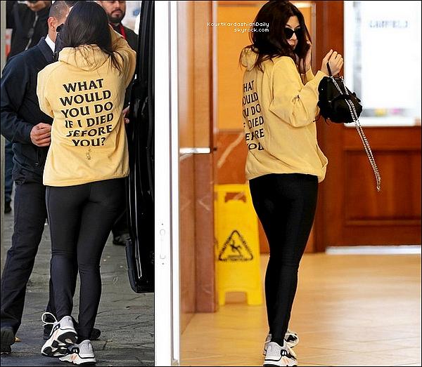 23/o2/2o18 : Kourtney a été vue avec Kylie dans les « Rues de Beverly Hills »  - à Beverly Hills.  ● Kourtney porte un Pull Msftsrep, un Sac Prada & des Baskets Adidas à 810¤.