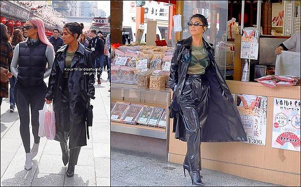 o1/o3/2o18 : Kourtney & Kim sont allées se « Promener dans les Rues de Tokyo »  - à Tokyo.  ● Kourtney porte une Veste The Kooples, un Pantalon Tibi à 735¤ & un Sac Dior.