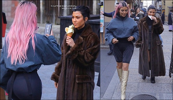 o2/o3/2o18 : Kourtney, Kim & Khloé sont allées se « Promener dans les Rues de Tokyo »  - à Tokyo.  ● Kourtney porte une Robe Alexachung & des Chaussures Balenciaga.