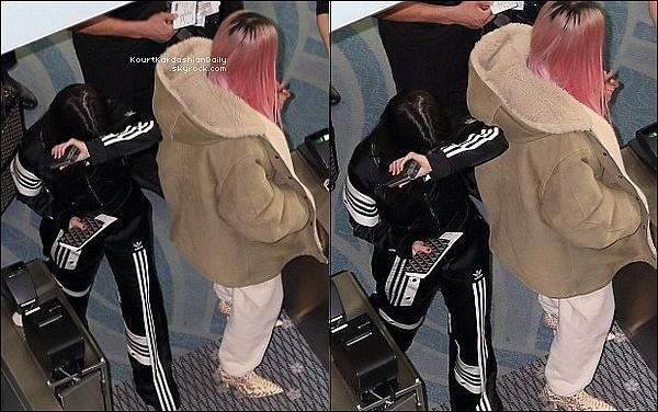 o3/o3/2o18 : Kourtney, Kim & Khloé ont été vues au «  Haneda International Airport »  - à Tokyo.  ● Kourtney porte une Veste Adidas & un Pantalon Adidas.