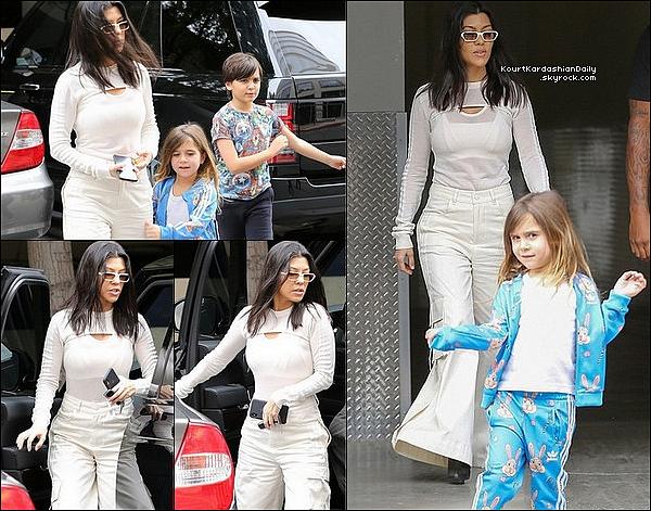 o7/o3/2o18 : Kourtney & Penelope ont emmenées Mason à un « Cours d'Art »  - à Calabasas.  ● Kourtney porte des Lunettes Illesteva à 190¤, un Body Adidas & des Bottes Balenciaga à 805¤.