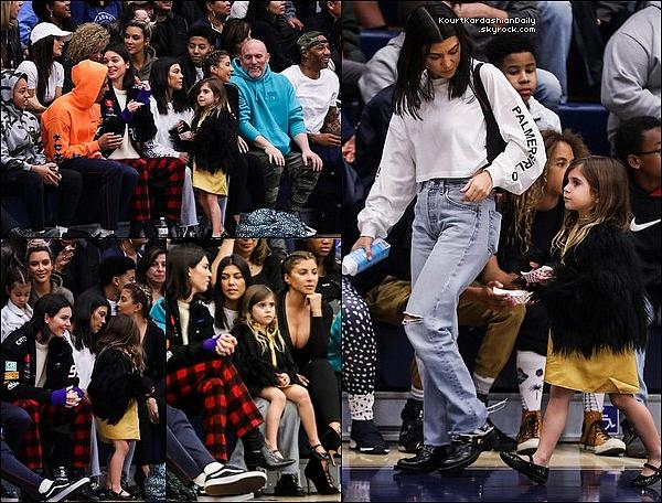 o9/o3/2o18 : Kourtney, Penelope, Kim, North, Kendall & Larsa Pippen sont allées voir un « Match de Basket »  - à L.A. ● Kourtney porte un Pull Miss Sixty.