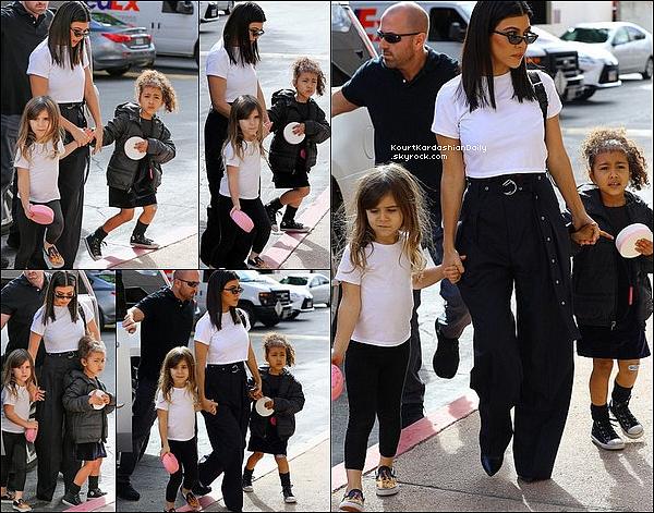 14/o3/2o18 : Kourtney, Penelope & North sont allées à un « Cours d'Art » - à Calabasas. ● Kourtney porte un Sac Prada, un Pantalon Lauzon à 390¤ & des Bottes Balenciaga à 695¤.
