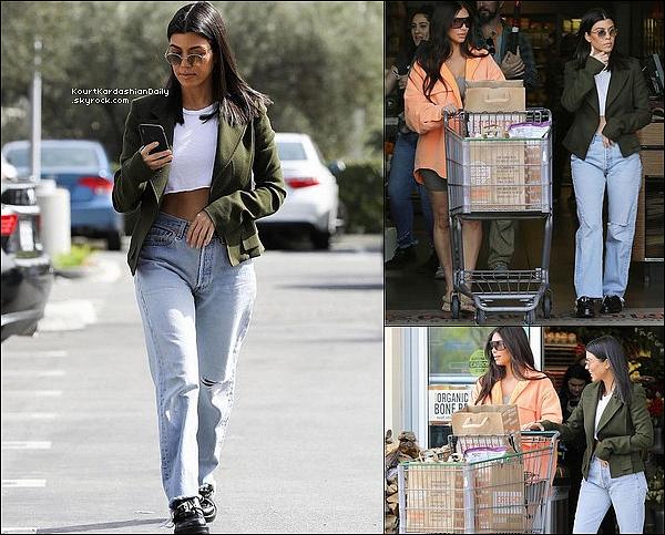 19/o3/2o18 : Kourtney & Kim sont allées « Faire des Courses » dans une boutique bio - à Calabasas. ● Kourtney porte des Chaussures Balenciaga à 1130¤.
