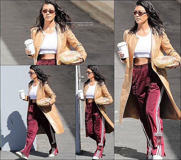 1o/o4/2o18 : Kourtney a été vue dans les « Rues de Los Angeles » - à Los Angeles.  ● Kourtney porte un Pantalon Adidas à 70¤ & des Baskets Adidas à 260¤.